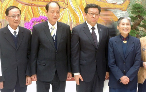 中國海協會長陳德銘(右二)在海基會董事長林中森(左二)帶領下訪問花蓮慈濟基金會。(記者王錦義攝)