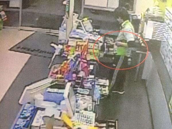 接著將悠遊信用卡藏進口袋,據為己有為盜刷。(記者許國楨翻攝)