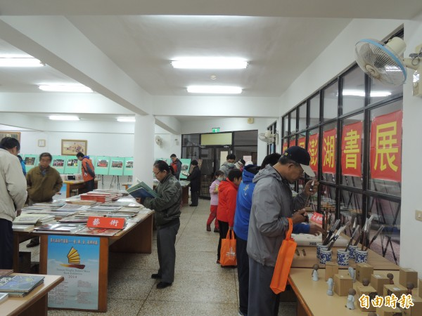 第六屆兩岸合作澎湖書展展出五千餘冊中國圖書吸引購買人潮。(記者劉禹慶攝)