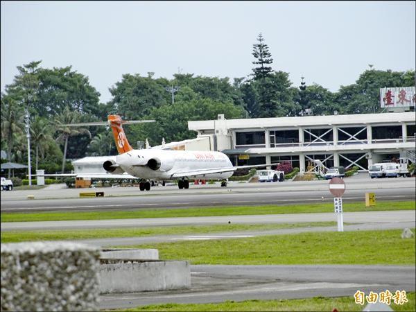 北東航線因載客率低屢次臨時取消班機,立委劉櫂豪要求民航局督促業者按班表飛行。(記者黃明堂攝)