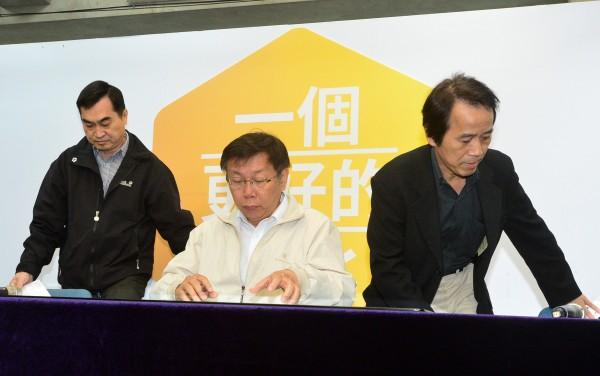 台北市長當選人柯文哲(中)12日公布第一波市府團隊人事,與二位副市長鄧家基(左)與林欽榮(右)共同亮相,也回應關於勞動局長遴選的問題。(記者王藝菘攝)
