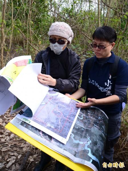 環保團體比對航照圖,發現場址地形地貌改變。(記者吳俊鋒攝)