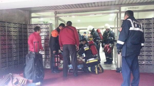 消防救護人員將徐姓男子緊急送醫救治。(記者邱俊福翻攝)