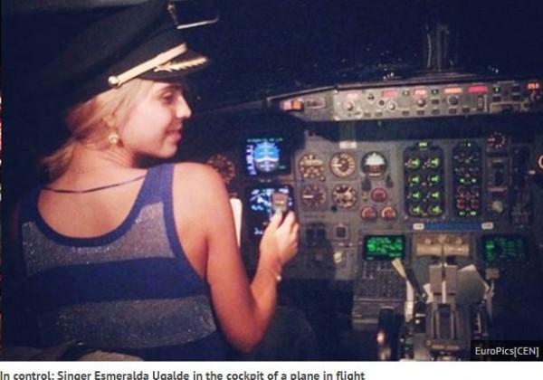 墨西哥女歌手烏嘉爾德(Esmeralda Ugalde)日前搭乘飛機時,在航行過程中,進入到駕駛艙內拍照,引發軒然大波。(圖擷取自鏡報)