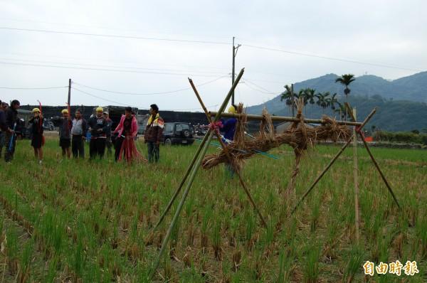 卡地布部落猴祭,「達古範(少年)」射草猴驗收狩獵技能。(記者陳賢義攝)