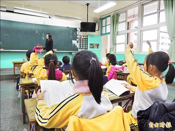 這學期的最後一週先上下學期的課,校方擔心小朋友放完寒假又忘記了,開學後得重新教過。(記者翁聿煌攝)