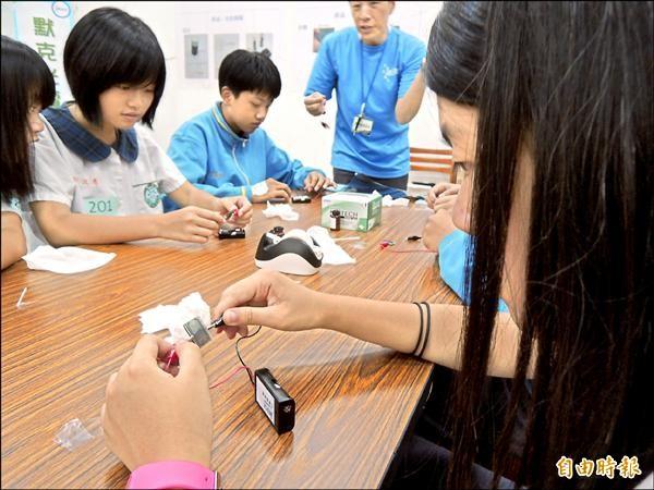 中山國小校長王健旺建議家長,可善用學校寒假育樂營和圖書館,讓孩子參加有意義的活動,多元接觸、探索志向。(記者翁聿煌攝)