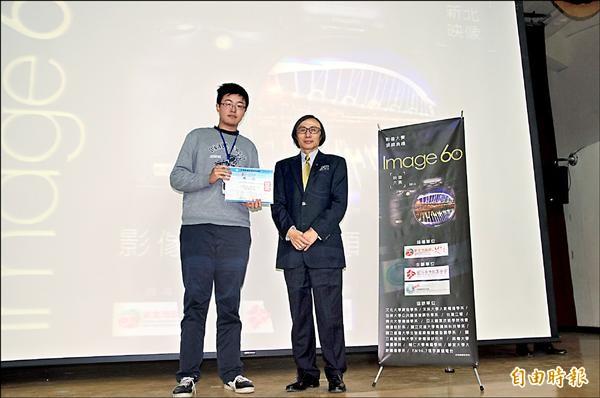 「新北映象60」影像大賽昨天頒獎,國立臺灣藝術大學程堂榮拍攝的《新北市電影地圖》勇奪「最佳影片獎」第一名。(記者林郁姍攝)