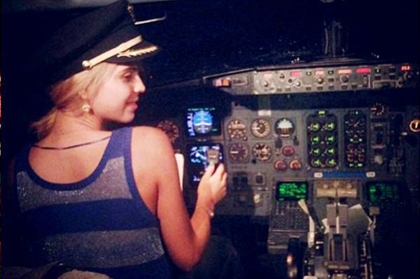 墨國知名的女歌手艾斯莫蘭達.烏加德(Esmeralda Ugalde)坐上駕駛座開飛機。(圖擷取自每日郵報)