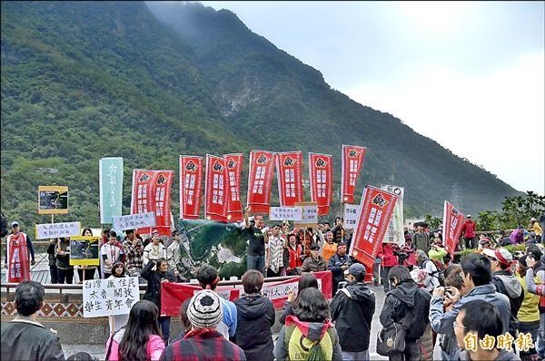 太魯閣峽谷馬拉松昨天舉辦同時,台灣蠻野心足生態協會等環保團體發動「反亞泥,為捍衛太魯閣而跑」。(記者楊宜中攝)
