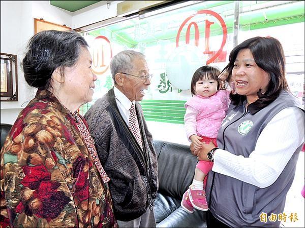 西區議員王美惠(右)得票數再破記錄,她謙稱會更努力服務鄉親。(記者余雪蘭攝)