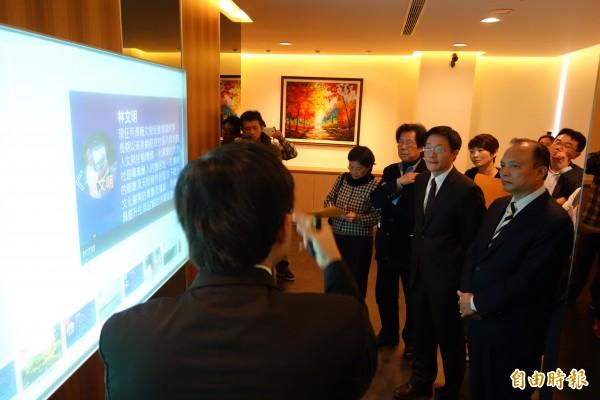 宜蘭縣長林聰賢(右一)來到政治大學,聽取區域智慧資本系統如何幫助宜蘭地方發展的簡報。(記者吳柏軒攝)