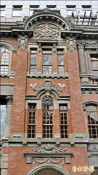 牆面有「泰」、「TB」、鳳梨圖形等,代表著興建此建物、生產鳳梨罐頭致富的葉金塗。(記者游蓓茹攝)