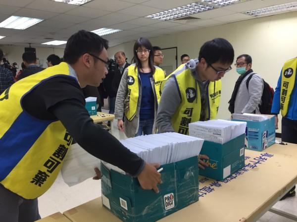 志工將分類好的連署書交到台北市選委會。(記者羅沛德攝)