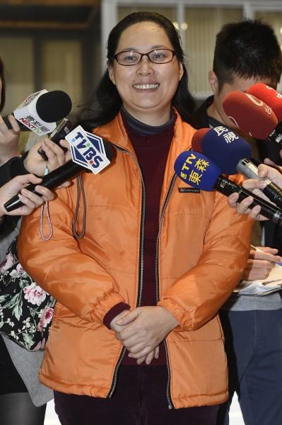 昨天才遴選出爐的未來台北市勞動局長賴香伶上午到柯辦拜會柯文哲,接受媒體訪問時表示,因為自己是社運出身,會比較站在勞工的立場,磨合期可能會比較久。(記者陳志曲攝)