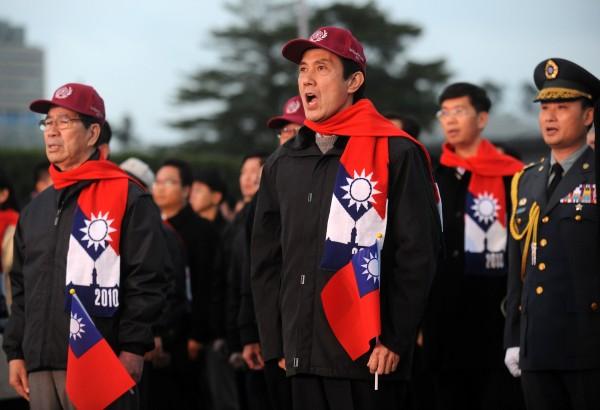 2009年,馬英九讓國旗圍巾一炮而紅,2011年一度可賣超過40萬條,今年卻剩不下3萬條。(資料照)
