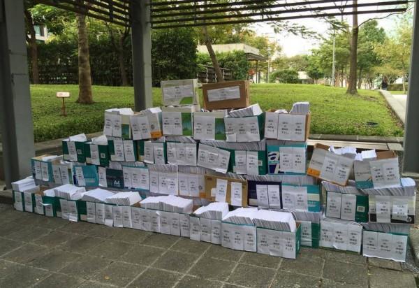 發動罷免國民黨立委蔡正元的割闌尾團隊,今早將近6萬份的連署書送至台北市選委會。(圖擷取自割闌尾臉書)