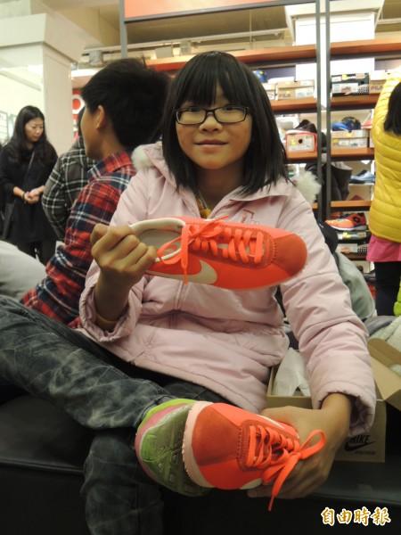 挑到合腳又喜歡的新鞋,小朋友露出開心的笑容。(記者余雪蘭攝)