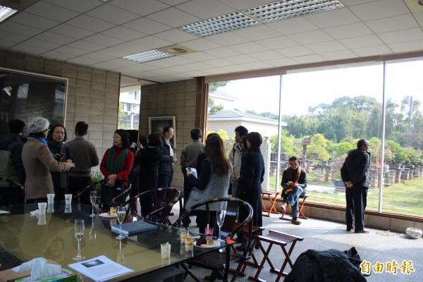 參訪者在室內欣賞張朝暉的水墨畫(左),大面落地窗外,就是徐治豪的各類姿態風情的盆景。(記者黃美珠攝)