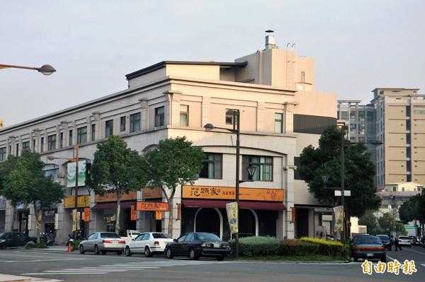 劉政鴻的妻子杜麗華擁有的三角窗透天厝,目前出租給餐廳。(記者彭健禮攝)