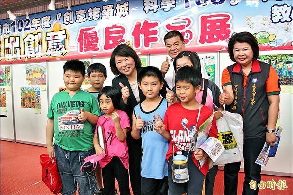 黃敏惠(左4)推動「科學168博覽會」,盼成為暑期南部地區「科學童玩節」。(記者丁偉杰攝)