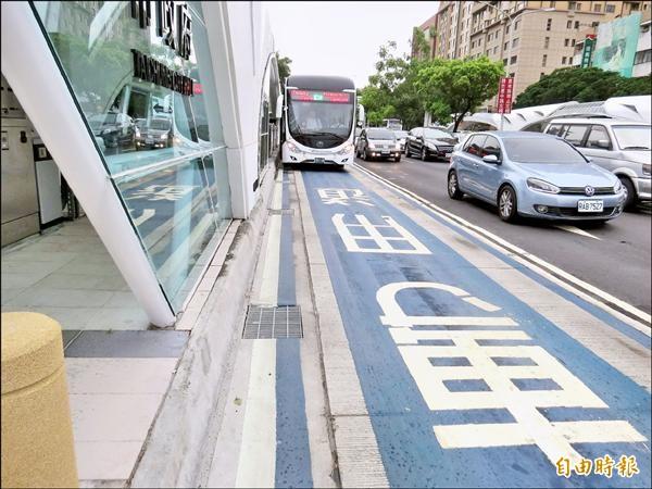 不少網友建議將BRT專用道改公車專用道。(記者張菁雅攝)