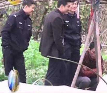 湖南省臨湘市警方勘察命案現場時,竟然談天、嬉笑,遭到網友抨擊「沒同情心」。(圖片擷取自澎湃新聞)