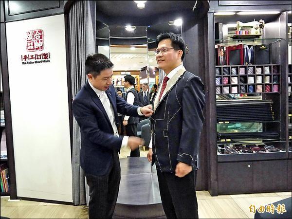 西裝師傅林諺良(左)為台中市長當選人林佳龍(右)量身製作西裝。(記者張菁雅攝)