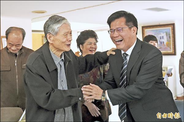 台中市長當選人林佳龍(右)昨向總統府資政林柏榕(左)進行市政請益。(記者廖耀東攝)