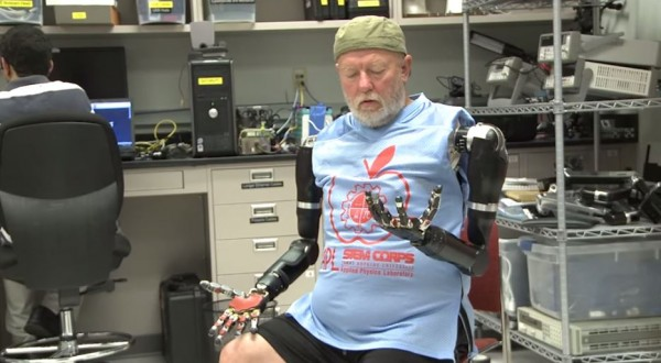 美國最新研究可使截肢者利用新技術,透過大腦操縱義肢。圖為受試者正在嘗試握拳。(圖擷取自YouTube)