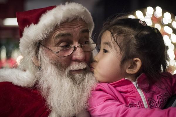 南非一家購物中心有耶誕老人和孩童合照活動,裝扮成耶誕老人的男子發現前岳父後卻突然暴怒揍人,一旁的孩童當場嚇哭,該名男子也立刻被解雇。(資料照,法新社)