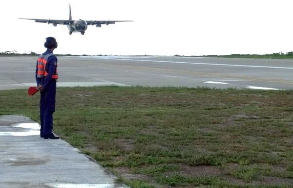 圖為空軍C-130運輸機降落在南沙太平島機場。(資料照,空軍提供)