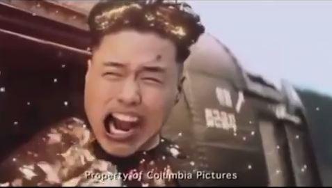 在疑似電影流出片段中,金正恩和軍用直升機一起被炸成灰。(擷取自YouTube)