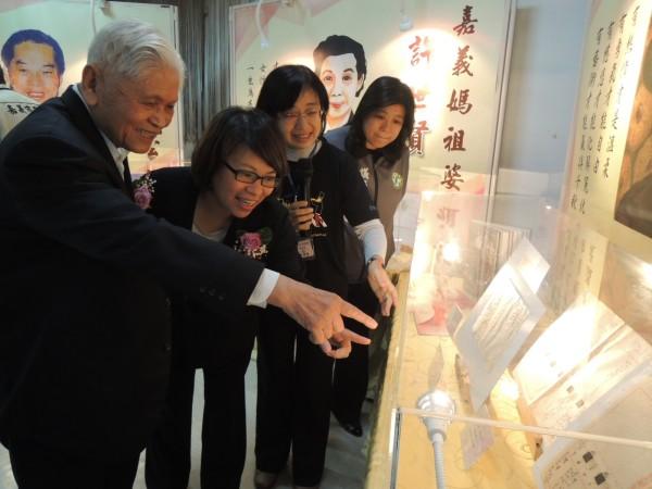 陳澄波文化基金會董事長陳重光(左一)與市長黃敏惠(左二)等人參觀戶政檔案展,陳重光指著父親陳澄波的檔案說歷史。(記者余雪蘭攝)