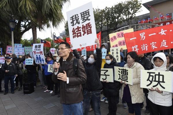 贊成同志婚姻的抗議者高舉「我要結婚」牌子。(記者陳志曲攝)