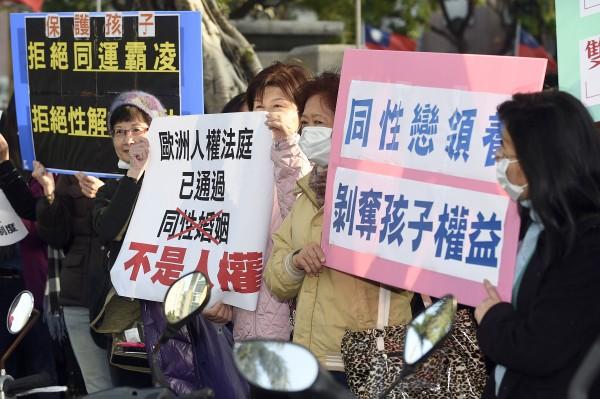 護家盟成員呼籲立委「護家」,守護家庭與倫理。(記者陳志曲攝)