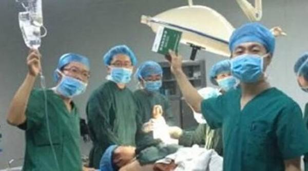 醫護人員表示,是因為手術室要拆了,加上手術過程困難,才會想要拍照留念。(圖擷取自微博)
