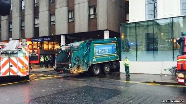 蘇格蘭一輛綠色垃圾車突然失控衝撞路上行人。(圖片擷取自英國《BBC》網站)