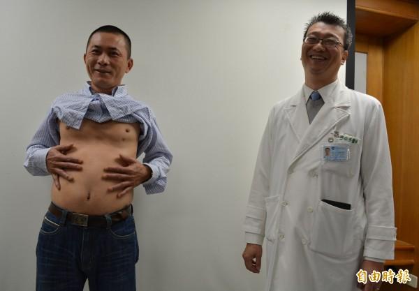 台中市罹患乾癬的林先生(左),經大里仁愛醫院風濕免疫科主任霍安平(右)一年治療終於痊癒,今天現身說法,呼籲大家不要聽信偏方花冤枉錢。(記者陳建志攝)