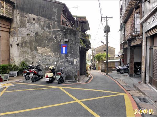 重建街三十號後的拓寬工程已執行,前段尚未施工,形成後寬前窄的樣貌。(記者李雅雯攝)