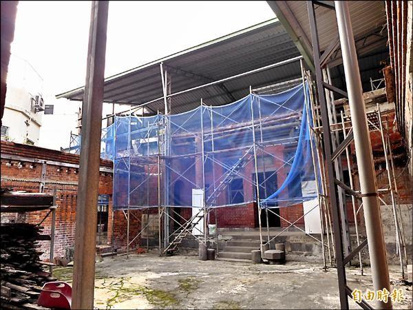 位於淡水區中正路八巷內的直轄市定古蹟施家古厝,目前外圍由棚架暫時保護。(記者李雅雯攝)