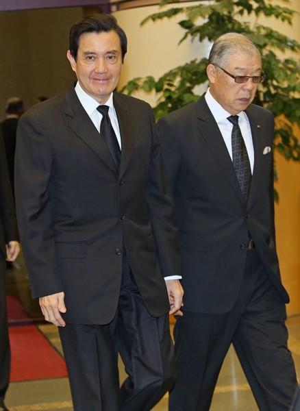 針對周升高指控,馬英九總統(左)昨出席富邦集團總裁蔡萬才追思會時,並未公開回應。府方人士則強調,若周持續造謠,馬不排除提告自清。(中央社)