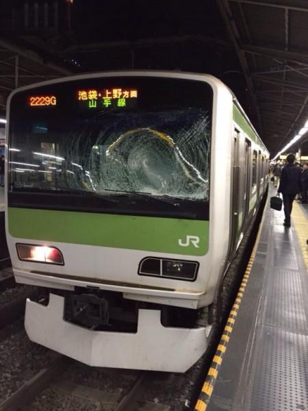 日本地鐵又發生跳軌事件,車廂窗戶遭到撞裂。(圖片擷取自en.rocketnews24.com)