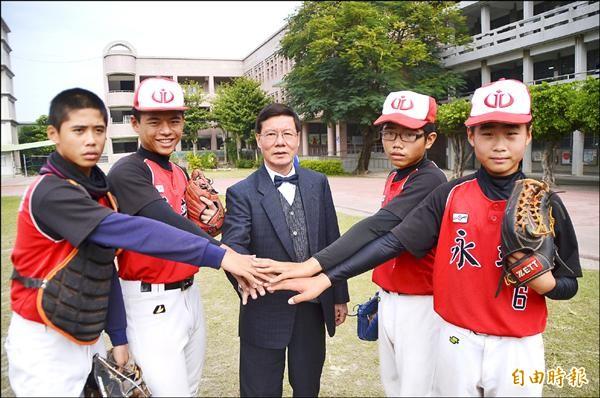 縣內棒球勁旅「永靖國中棒球隊」,頓失頂新集團的資助,球員對未來感到惶惶不安。(記者顏宏駿攝)