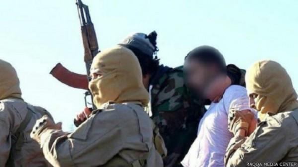 站在伊斯蘭國立場的媒體發布這張約旦籍飛行員被俘畫面。(圖取自BBC)