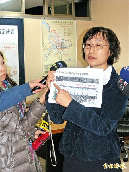 新任台北市交通局長鍾慧諭向媒體說明台北車站前忠孝西路的交通規劃。(記者吳亮儀攝)