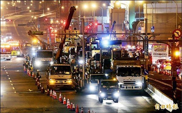 台北市長柯文哲上任首日,就馬上執行忠孝西路公車專用道拆除,大型機具昨晚進駐忠孝西路,為拆除做最後準備,工程預定今晚10時開始拆除,明早6時恢復通車。(資料照,記者羅沛德攝)