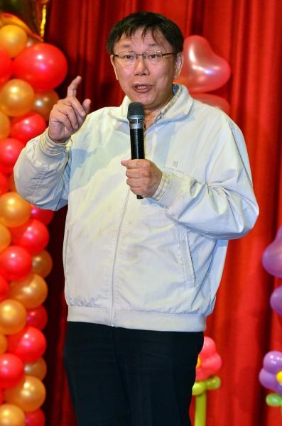 台北市長柯文哲今天接受媒體專訪,指「某單位」連續13年舉辦跨年晚會,「用膝蓋想就有問題」。(記者王藝菘攝)