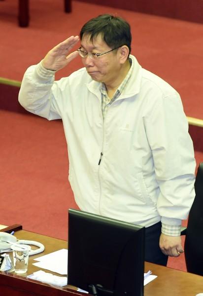 柯文哲依舊肢體語言豐富,維持一貫風格,離開議會前,柯文哲還向在場議員行個舉手禮。(記者廖振輝攝)