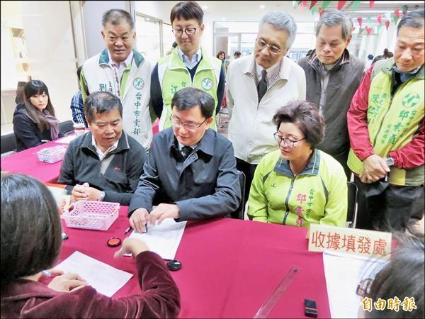 市議員黃國書(中)代表民進黨完成中市立委補選登記。(記者蘇孟娟攝)